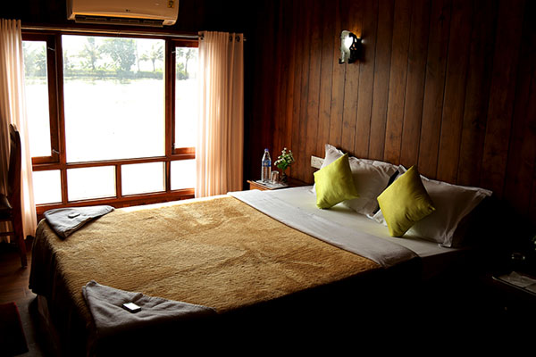 houseboat-bedroom